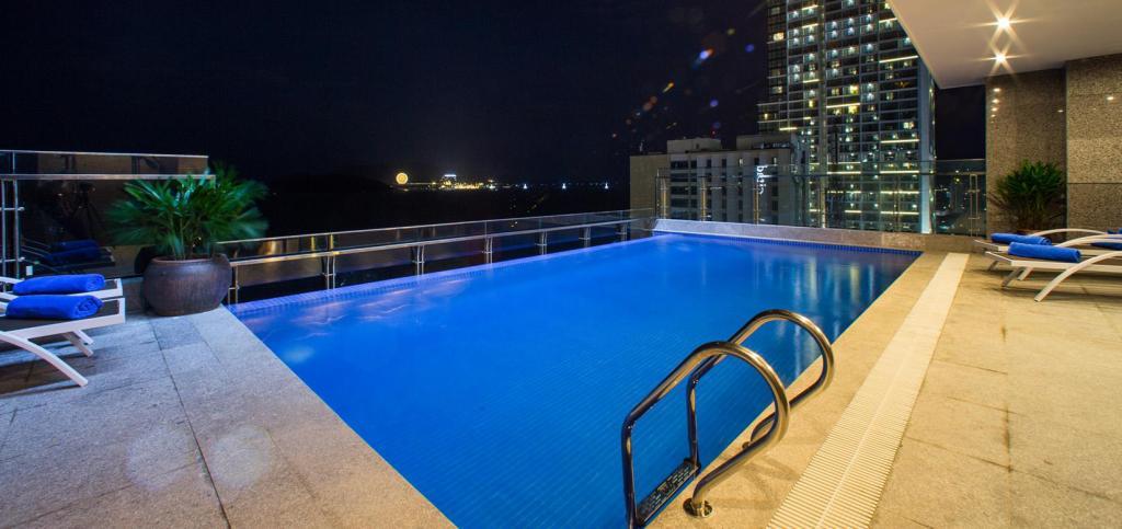 Hồ bơi tại DTX Hotel Nha Trang