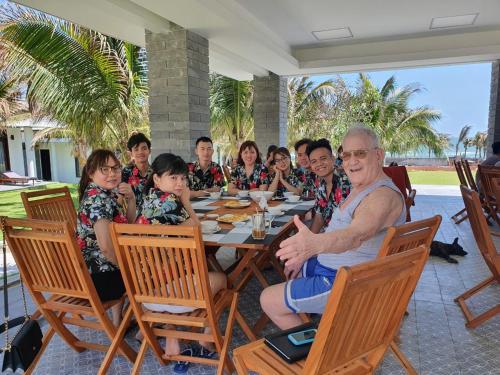 Du khách trải nghiệm tại Starlight Villa Beach Resort & Spa