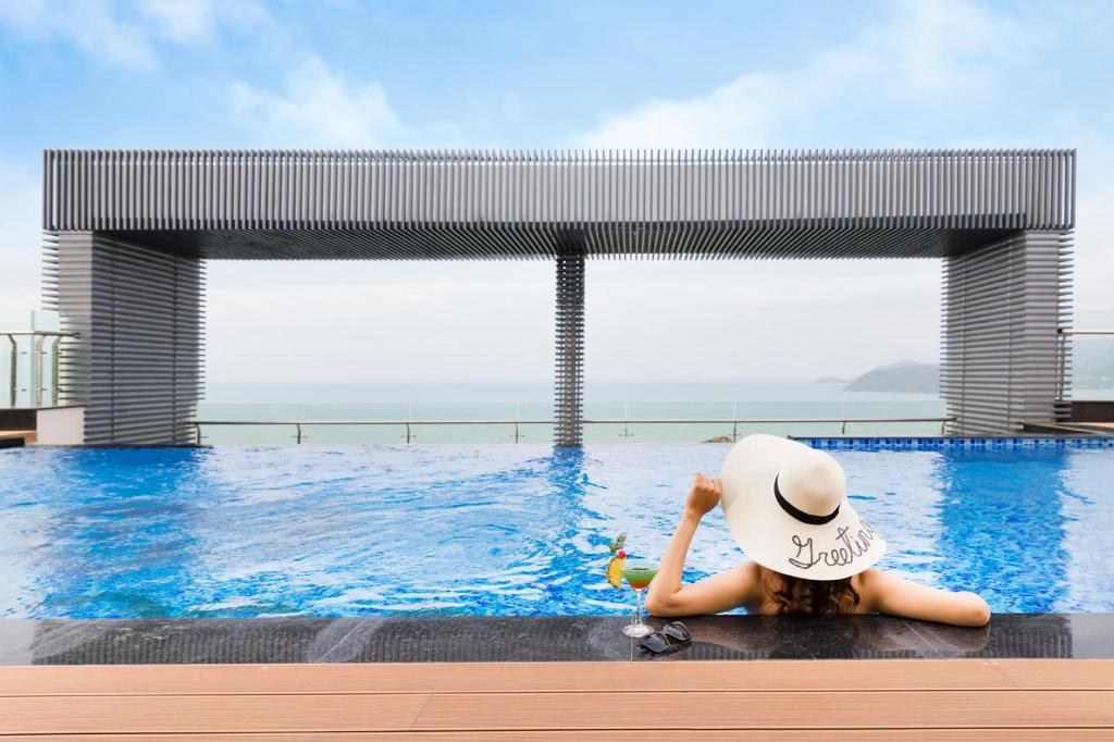 Bể bơi tại COMODO Nha Trang tại tầng 27