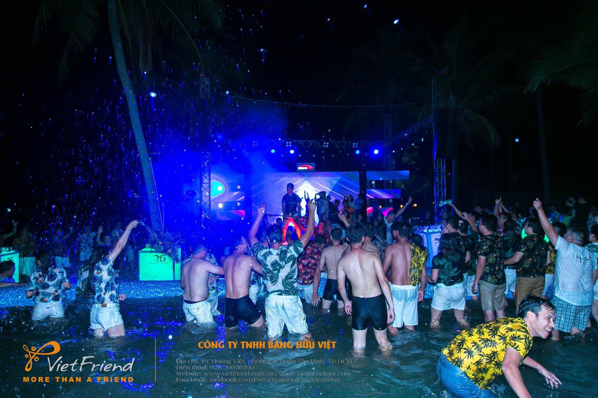 Bùng nổ cảm xúc với tiệc hồ bơi Year end party
