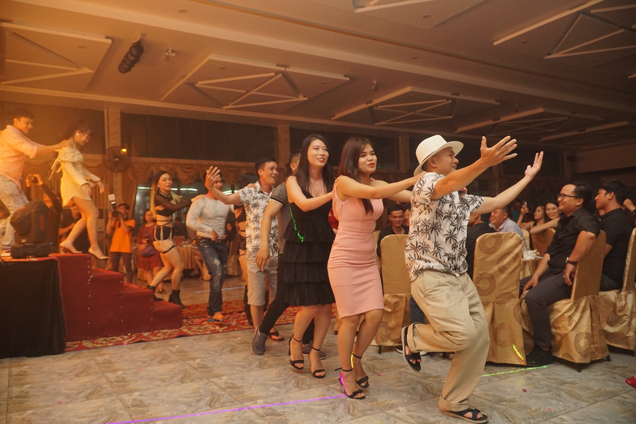 Khoảnh khắc vui vẻ trong đêm tiệc Year end party
