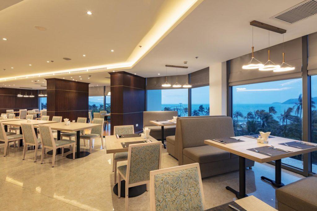 Không gian nhà hàng tại COMODO Nha Trang